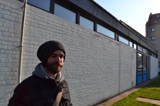 Mr Mong voor de muur waar het Masterpiece over WO 1 zal komen.