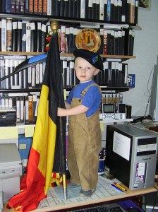 Kleinzoon Brent in het bureau van opa.