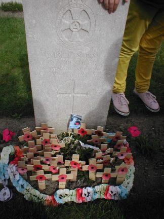 Tussen de duizenden graven van soldaten die tijdens de Eerste Wereldoorlog in de Westhoek sneuvelden, ligt één vrouw begraven: Nellie Spindler. Haar laatste rustplaats, het Brits militair kerkhof Lijssenthoek in Poperinge, vormt vanaf mei 2015 het unieke decor van een pakkende voorstelling.